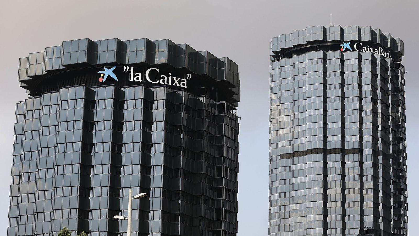 Foto: Cientos de trabajadores de CaixaBank y del Barcelona se manifiestan en las calles. (EFE)