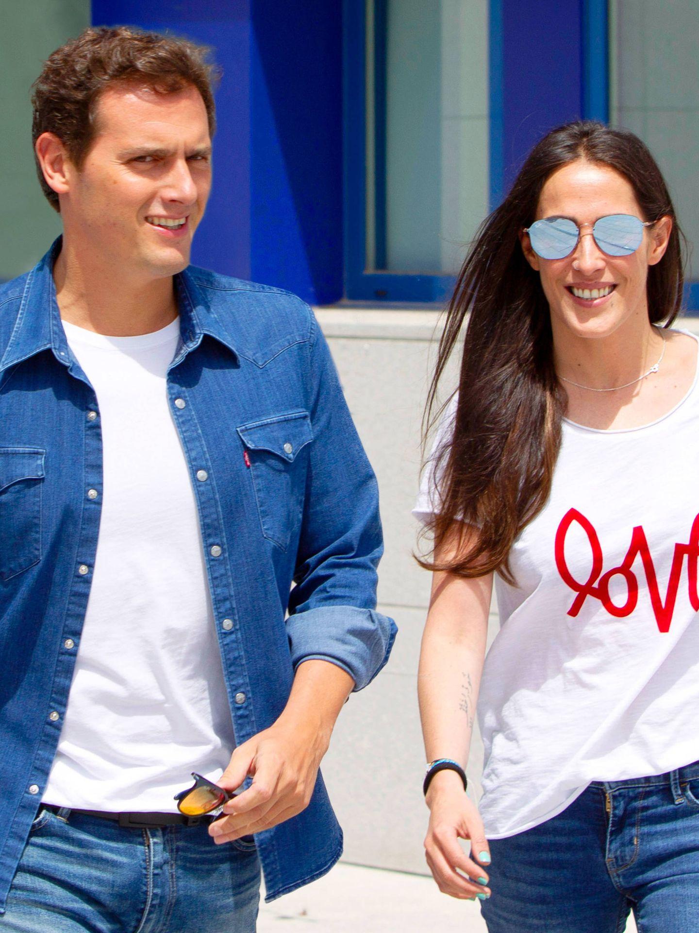 Albert Rivera y su pareja, la cantante Malú, saliendo juntos del hospital la semana pasada. (Getty)