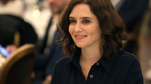Isabel Díaz Ayuso: noche en el museo con un traje de gala en blanco y negro