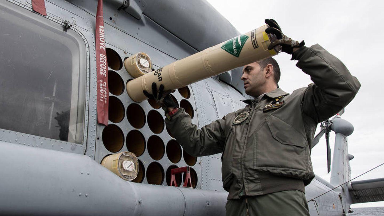 Colocando sonoboyas en uno de los SH-60B de la Décima Escuadrilla (Foto: Armada Española)