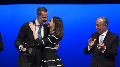 Doña Letizia: perlas y un vestido con muy buenas críticas para homenajear a Felipe VI