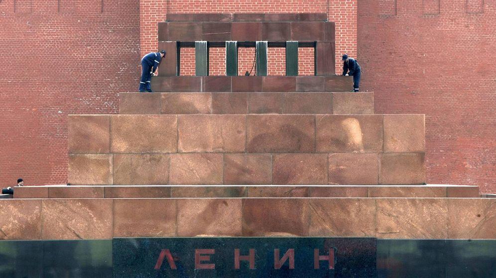 Foto: Dos trabajadores realizan algunas reparaciones en el mausoleo de Lenin. (EFE)