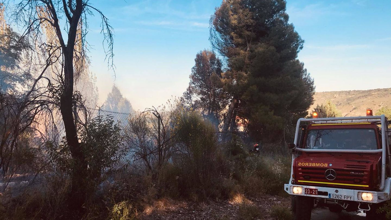 Un camión de bomberos, apagando el incendio en la parcela del museo.