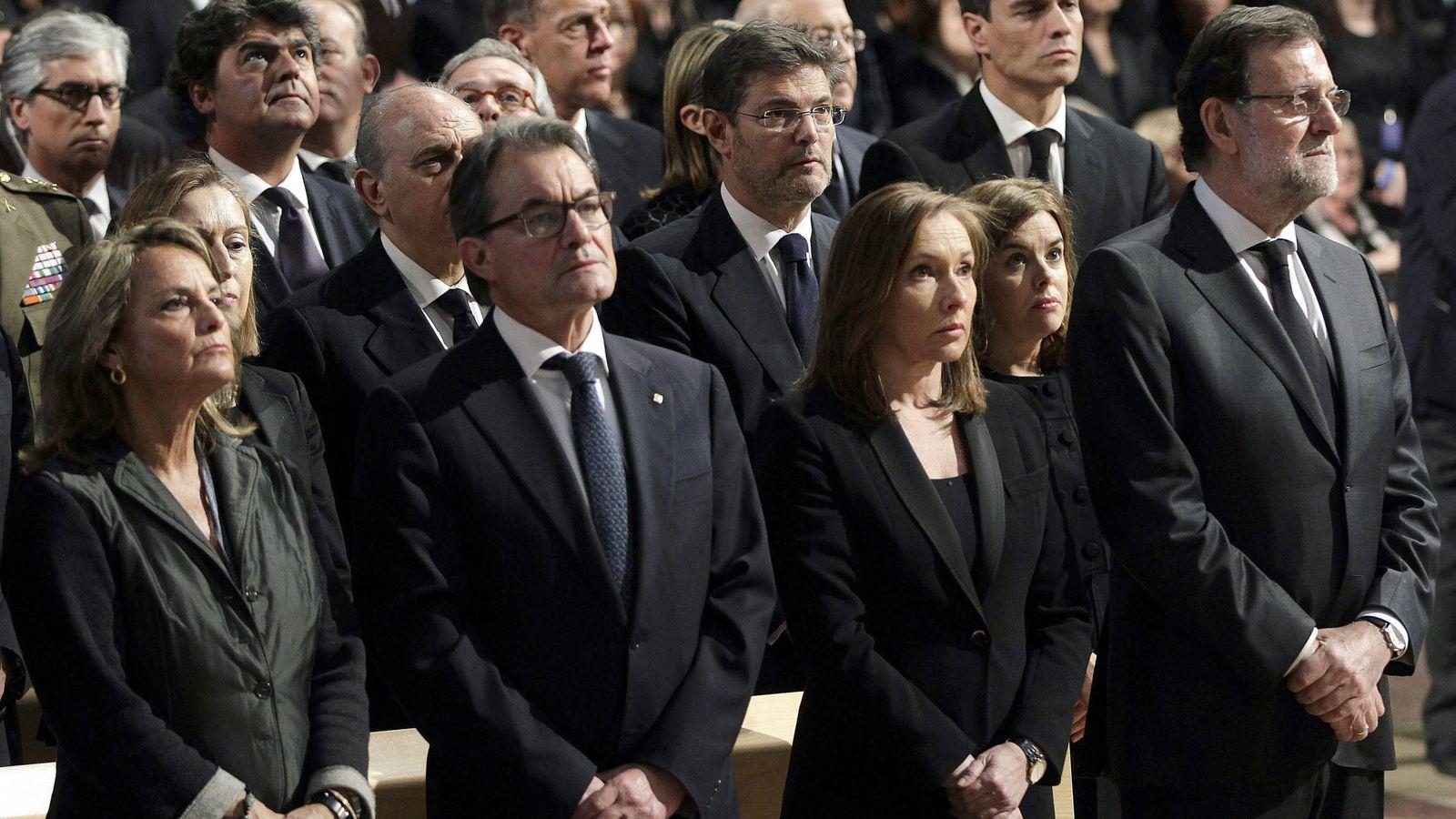 Foto: Mariano Rajoy y Elvira Fernández, en el funeral por las víctimas de los atentados de Barcelona. Detrás, Soraya Sáenz de Santamaría, el ministro Catalá y Pedro Sánchez. (Getty)