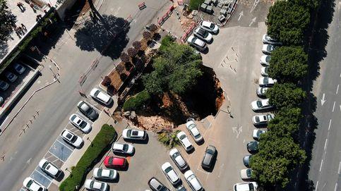 Pánico en Jerusalén: cierran un parking después de tragarse a coches aparcados