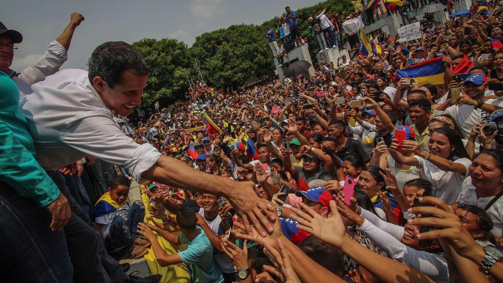 Foto: El jefe del Parlamento venezolano, Juan Guaidó, saluda a sus seguidores durante un acto en Villa del Rosario. (EFE)