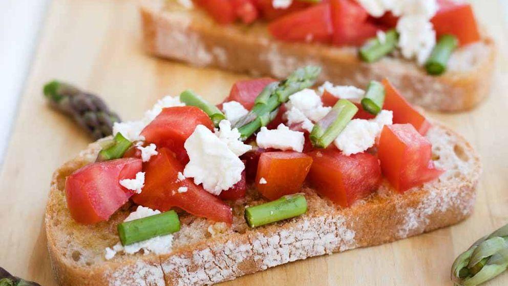 El verdadero aperitivo italiano, bruschettas de tomate, feta y espárragos