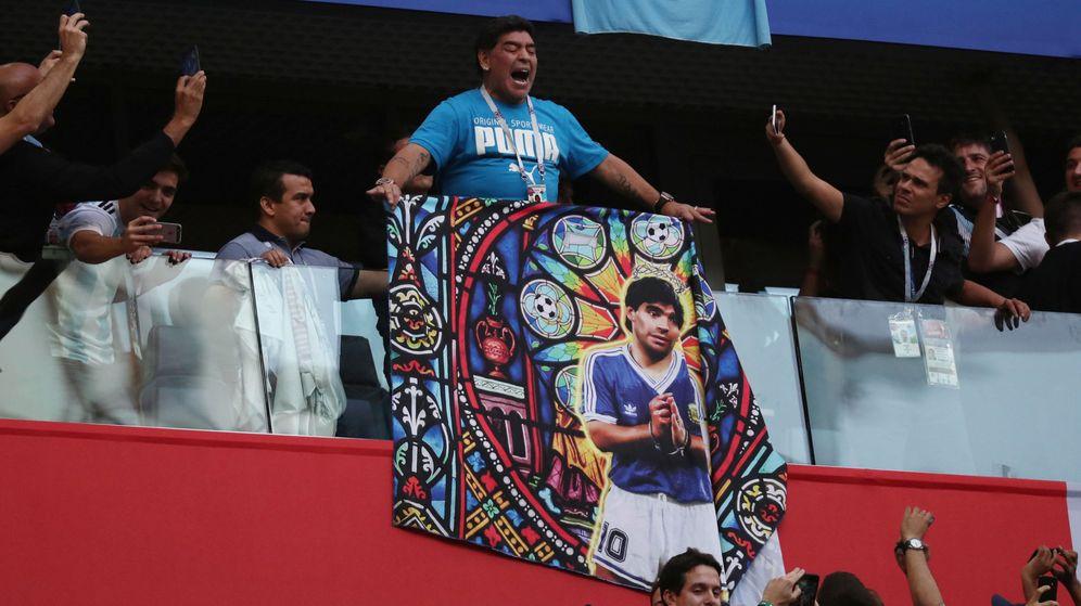 Foto: Maradona sacó una bandera de sí mismo en el palco del Estadio de San Petersburgo. (Reuters)