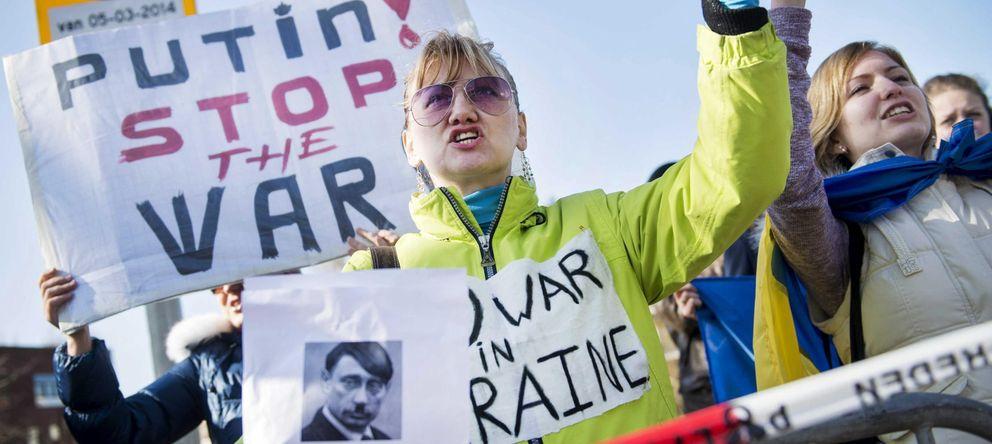 Foto: Varias personas se manifiestan en contra de la postura del presidente ruso Vladimir Putin en el conflicto ucraniano. (EFE)