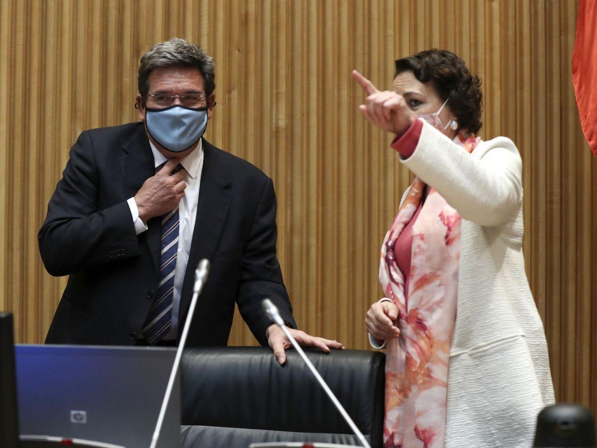 Foto: El Ministro de Inclusión, Seguridad Social y Migraciones, José Luis Escrivá (i), conversa con la presidenta de la Comisión parlamentaria de Seguimiento del Pacto de Toledo, Magdalena Valerio (d). (EFE)