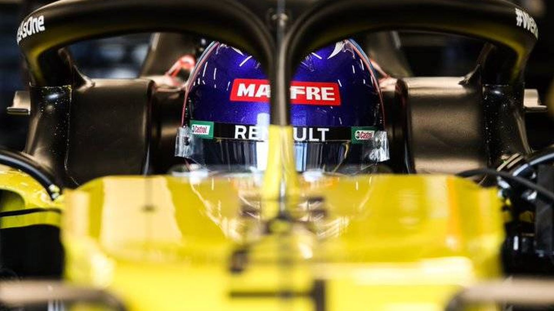 Fernando Alonso, subido en su nuevo monoplaza. (RENAULT)