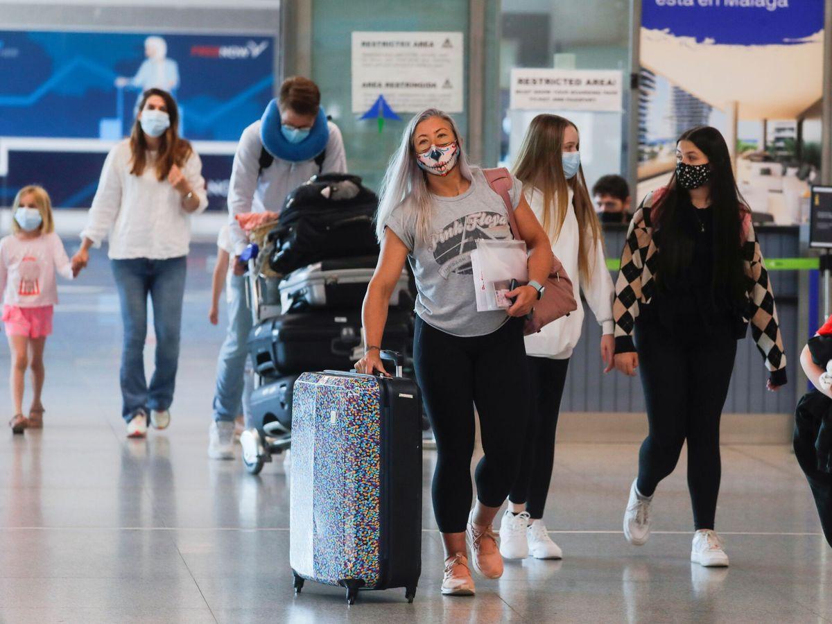 Foto: Turistas llegando al aeropuerto de Málaga. (Reuters)