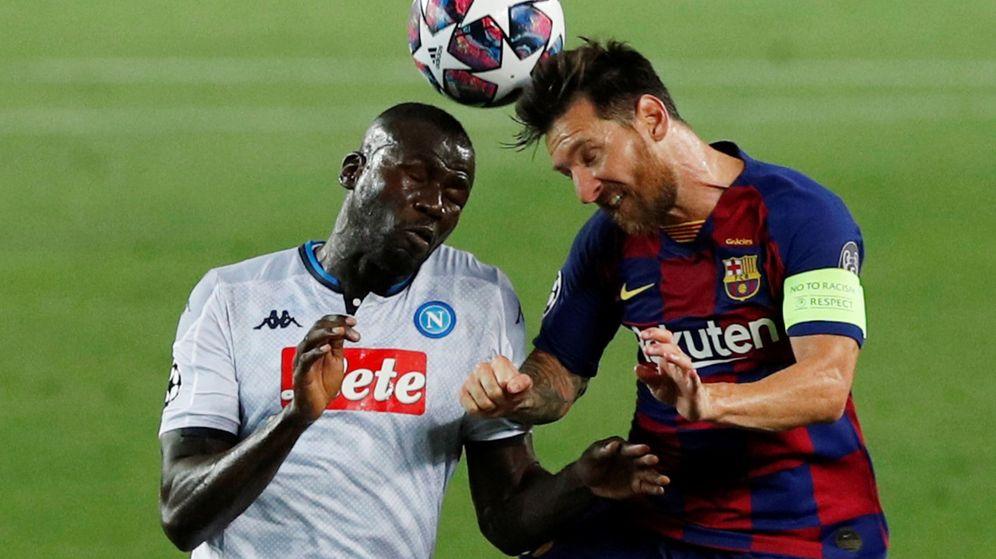 Foto: Messi disputa un balón con Koulibaly. (Reuters)