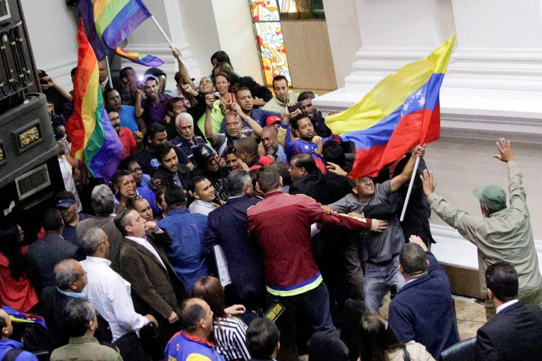 Foto: Simpatizantes de Nicolás Maduro irrumpen en una sesión de la Asamblea Nacional, el 23 de octubre en Caracas. (Reuters)