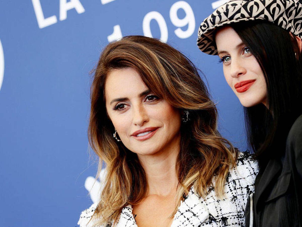 Foto: Penélope Cruz y Milena Smit, en el Festival de Venecia 2021. (Getty)