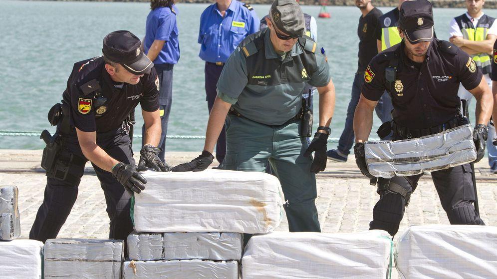 Foto: Efectivos de la Policía, Guardia Civil y Agencia Tributaria desembarcan los 800 kilos de cocaína en Cádiz. (EFE)