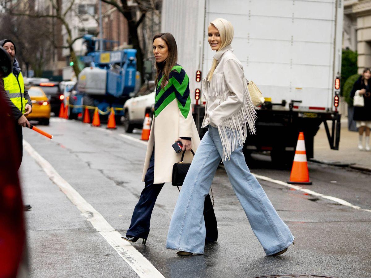 Foto: El pantalón vaquero 'flare' es el nuevo rey en las calles. (Imaxtree)