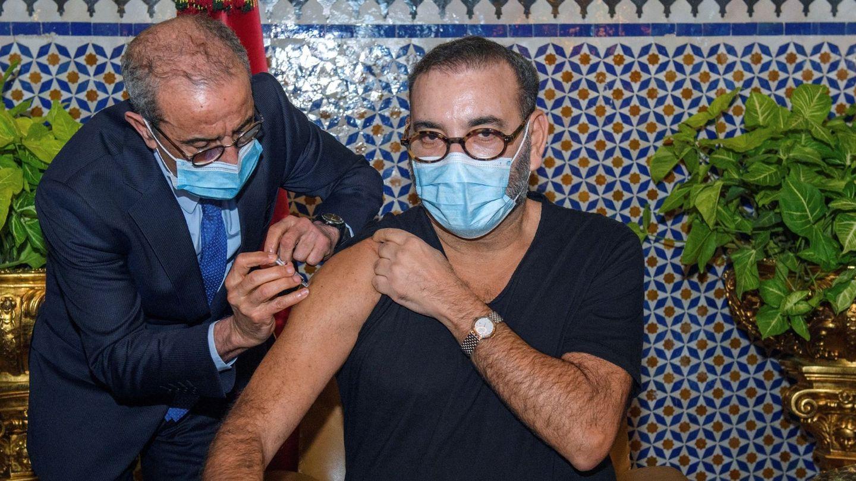 El rey Mohamed recibiendo la vacuna. (EFE)
