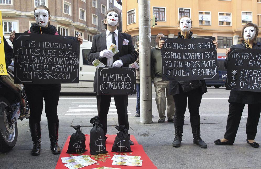 Foto: Afectados por la claúsula suelo durante una protesta organizada por La Asociación de Usuarios de Bancos, Cajas y Seguros (Adicae) contra los abusos hipotecarios de la banca. (EFE)