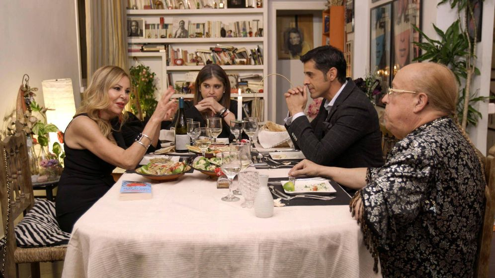 Foto: Ana Obregón, Lucía Etxebarria, Víctor Janeiro y Rappel, protagonistas de la versión vip de 'Ven a cenar conmigo'. (Mediaset)
