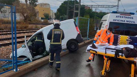 Una furgoneta cae a las vías del tren en Oropesa tras sufrir un accidente