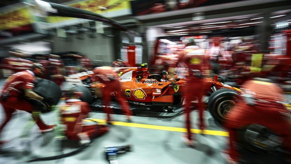 Foto: Los mecánicos de Ferrari, en acción en una parada en boxes en el Gran Premio de Singapur. (EFE)