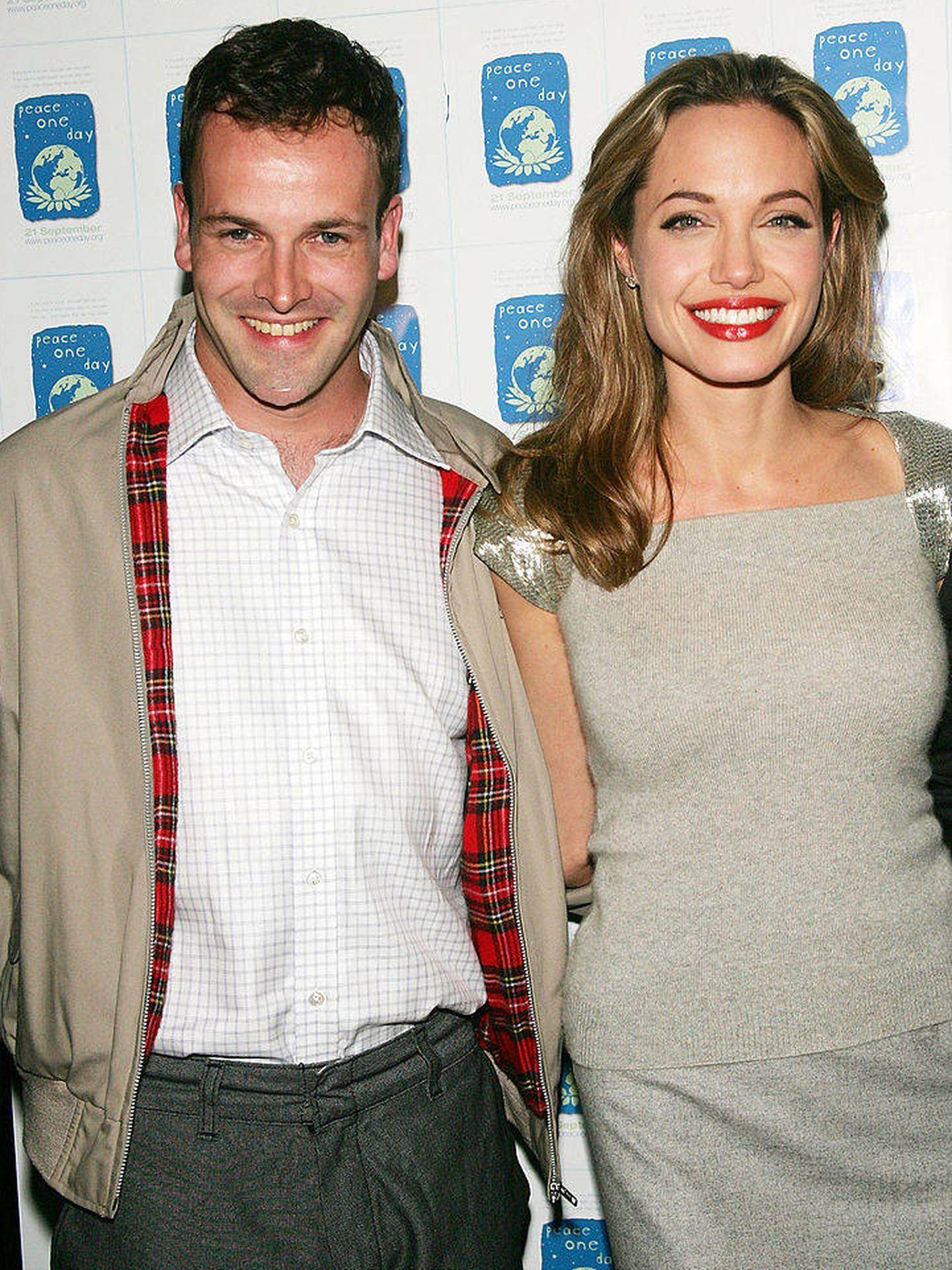 Con su exmarido, Jonny Lee Miller, con quien mantiene una buena relación, en 2005. (Getty)