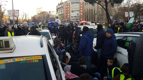 Los taxistas ocupan la Castellana, en imágenes
