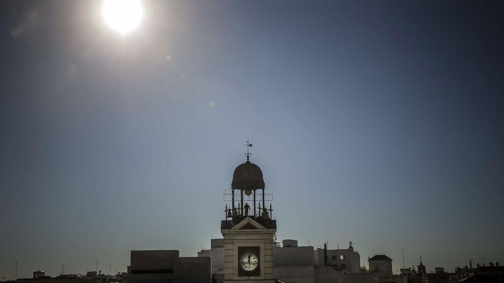 Foto: Vista del reloj que preside la Puerta del Sol, en Madrid (EFE)