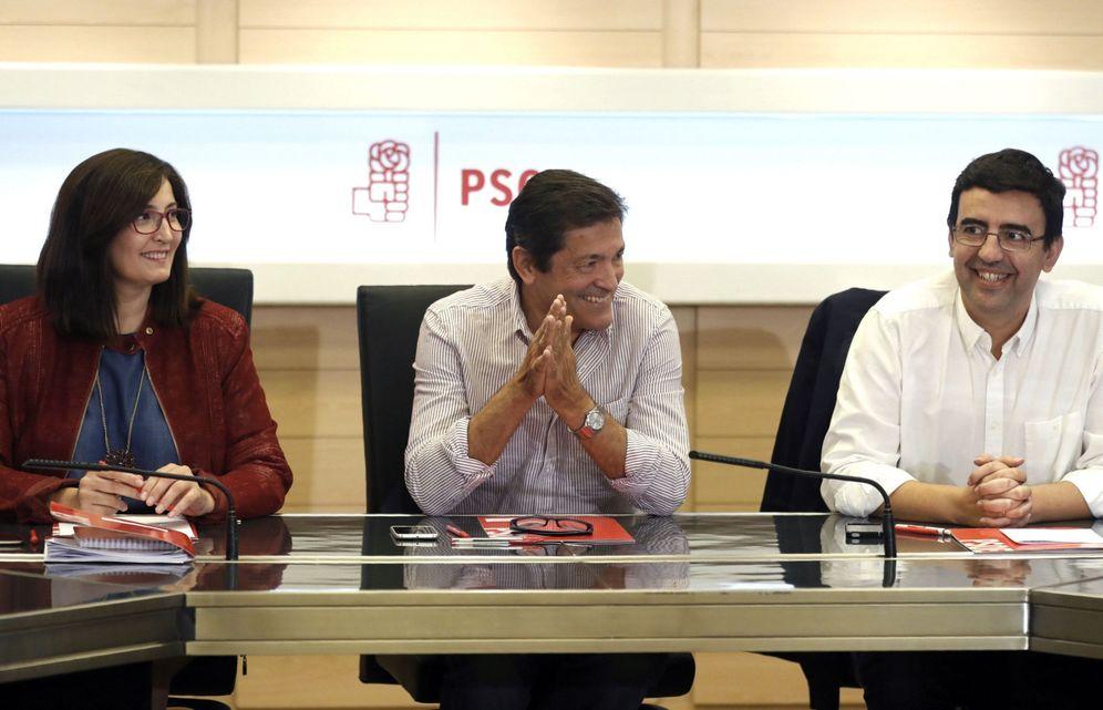 Foto: Javier Fernández, con Mario Jiménez y Ascen Godoy, al comienzo de la reunión de la gestora de este 10 de octubre. (EFE)