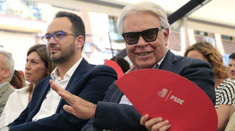Foto: El expresidente del Gobierno, Felipe González, junto al portavoz del PSOE, Antonio Hernando. (EFE)