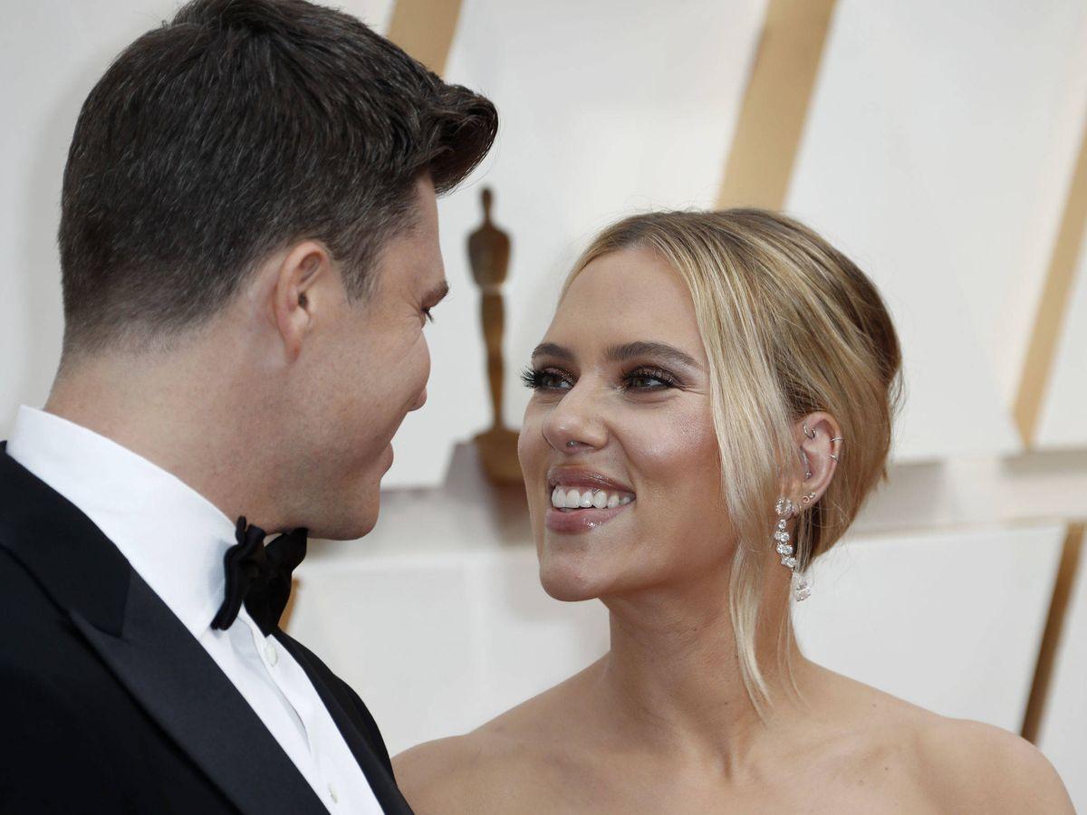 Foto: Colin Jost y Scarlett Johansson. (Getty)