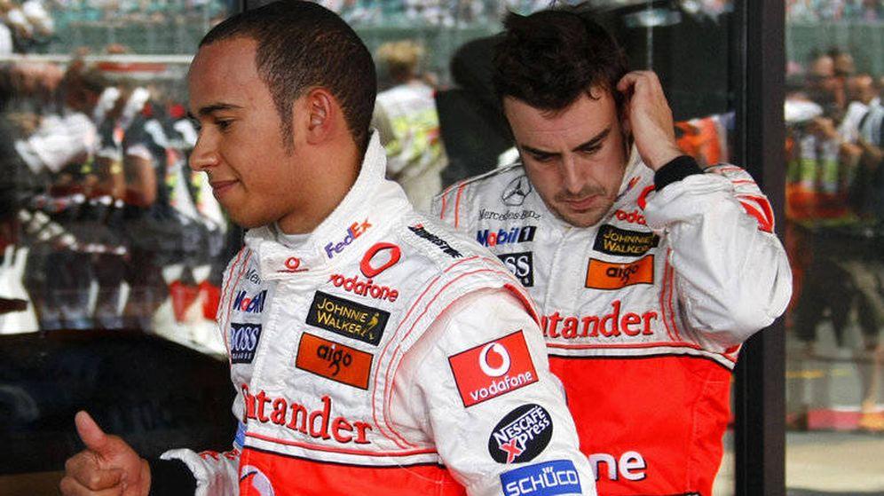 Foto: Lewis Hamilton y Fernando Alonso, durante la temporada 2007. (Reuters)