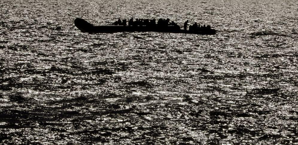 Foto: Una barca de rescate junto a una patera a punto de hundirse, cerca de Sabrata, Libia, en abril de 2017. (Reuters)