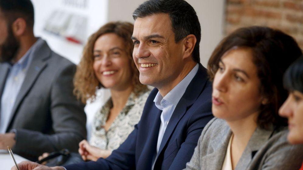 Foto: Pedro Sánchez, flanqueado por Meritxell Batet e Irene Lozano, el pasado 31 de marzo en un acto de transparencia. (EFE)