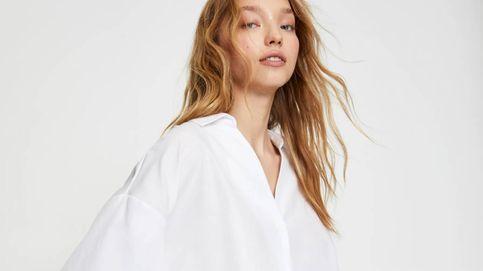 Esta camisa blanca de Pull and Bear es perfecta para ir al trabajo con estilo
