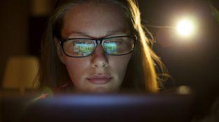 Veo luces parpadeantes a través de un ojo, ¿puede ser desprendimiento de retina?