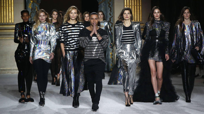Olivier Rousteing acompaña a las modelos en el cierre del desfile de Balmain. (Gtresonline)