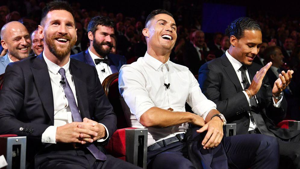 Foto: Virgil Van Dijk, junto a Cristiano Ronaldo y Leo Messi. (EFE)