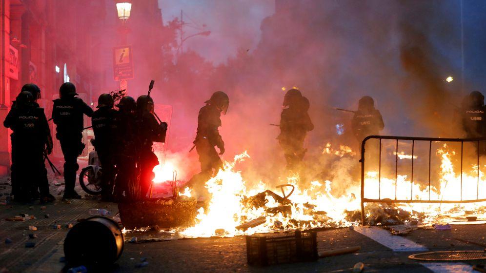 Foto: La Policía lucha por eliminar una barricada durante las protestas de Barcelona. (Reuters)