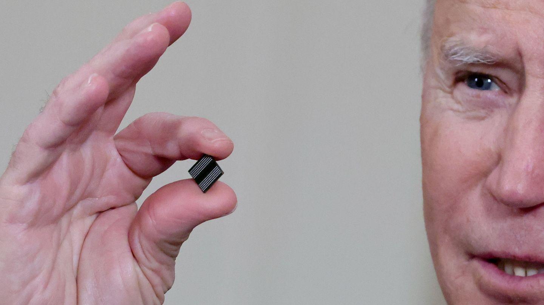 El presidente de EEUU, Joe Biden, muestra un microprocesador el día del anuncio de las medidas para expandir la industria de fabricación de chips en EEUU el pasado febrero. (Reuters)