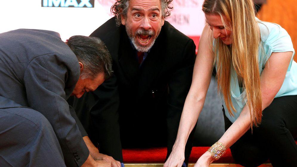 Foto: Tim Burton pone sus huellas en el cemento en una ceremonia frente al Teatro Chino de Hollywood el pasado septiembre. (Reuters)