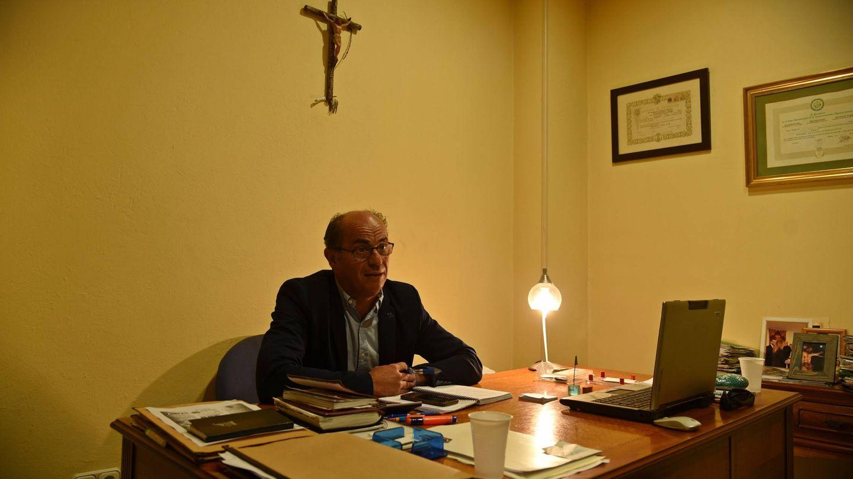 Lorenzo Periáñez, en el despacho de su negocio de La Línea. (Toñi Guerrero)