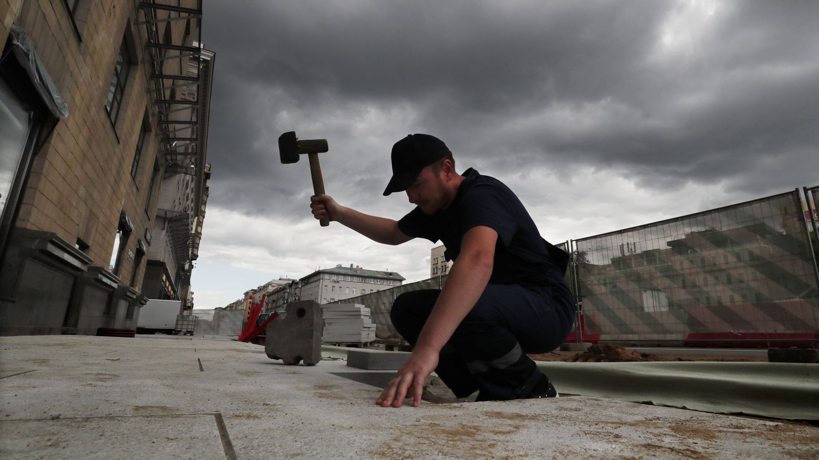 Foto: Un operario trabaja en una obra (Efe)