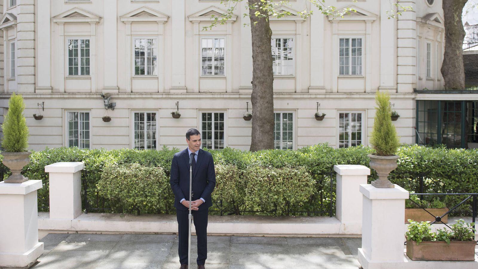 Foto: Pedro Sánchez, durante sus declaraciones a los medios en la embajada española en Londres, este 4 de mayo. (Borja Puig | PSOE)