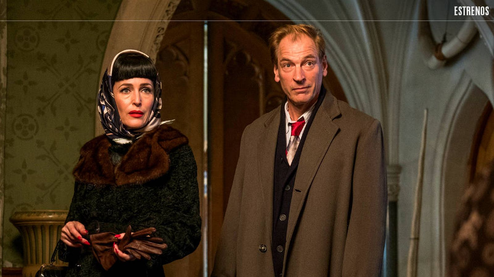Foto: Gillian Anderson y Jullian Sands, en 'La casa torcida'. (DeAPlaneta)