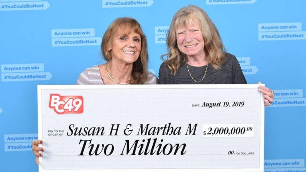 Foto: llaman Susan Hook y Martha McCallum, junto al cheque que acredita su premio (Foto: BC Lottery)