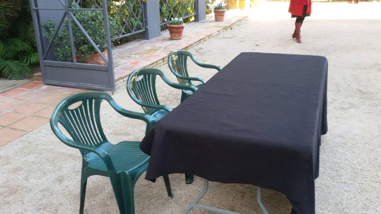La anécdota del día ha sido la mesa plegable y las sillas playeras usadas para la firma del nuevo acuerdo.