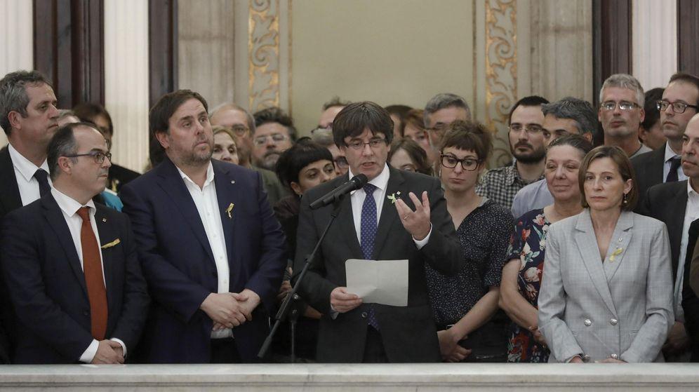 Foto: El entonces presidente de la Generalitat, Carles Puigdemont (c), junto al entonces vicepresidente del Govern y 'conseller' de Economía, Oriol Junqueras, en el Parlament. (EFE)
