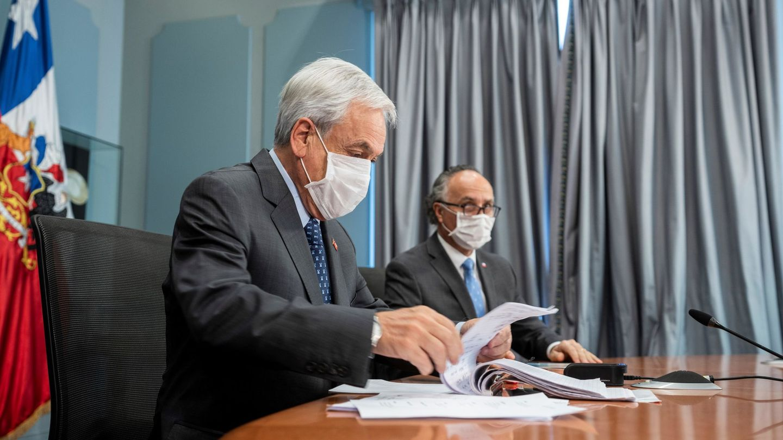 El presidente de Chile, Sebastián Piñera, y el canciller del país, Teodoro Ribera, en plena crisis del Covid-19. (EFE)
